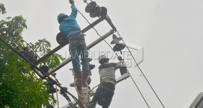 Petugas PLN area Jambi tengah melakukan perbaikan jaringan. Foto diambil beberapa waktu lalu.