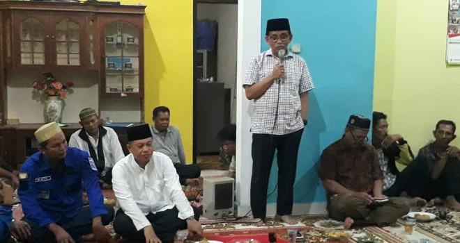 H Bakri bersama dengan beberapa perwakilan warga Talang Bakung, Kota Jambi, Rabu (31/10).