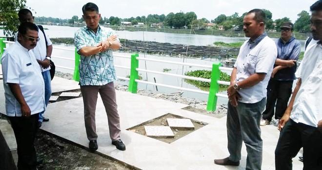 Walikota Jambi Sy Fasha cek proyek jogging track di Danai Sipin. Dia mendapatkan beberapa pengerjaan yang harus diperbaiki pihak rekanan