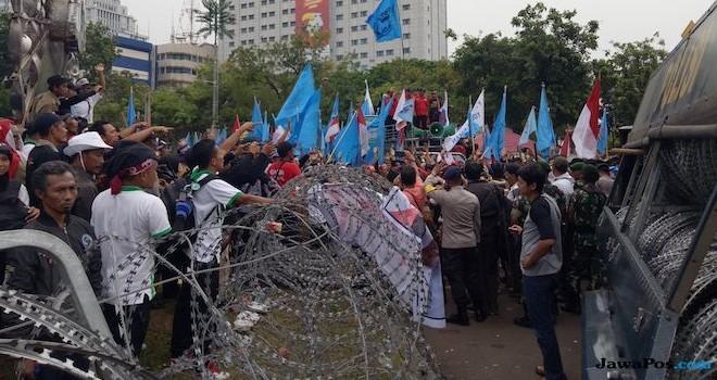 Aksi honorer K2 mengepung istana negara selama lebih dari 24 jam. (Igman/JawaPos.com)
