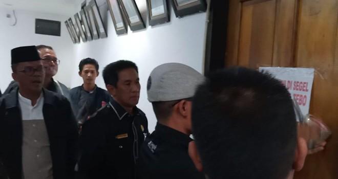 Anggota DPRD Tebo melakukan penyegelan terhadap ruangan sekretaris dewan (Sekwan) karena dinilai tidak profesional, Kamis (1/11) kemarin.