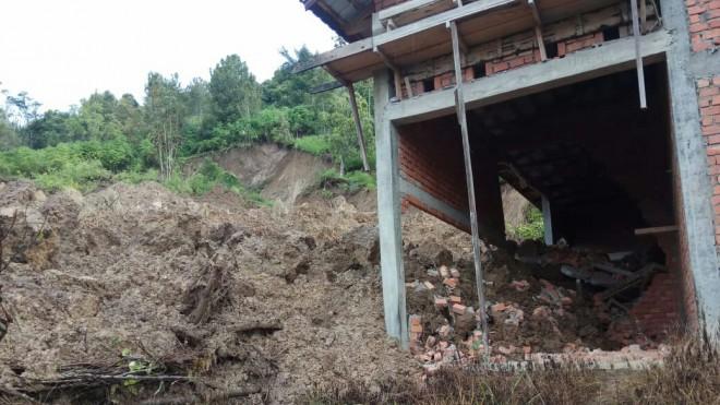 Terlihat dinding rumah warga yang rusak akibat longsor