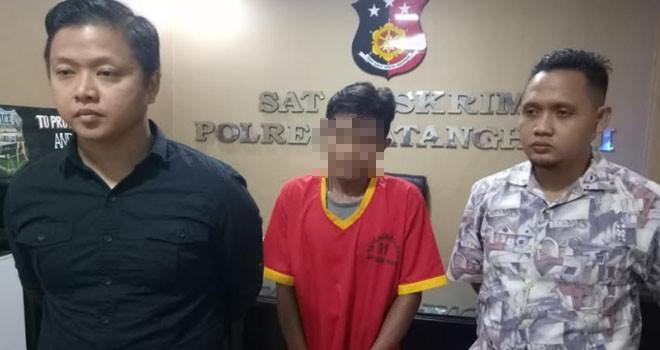 Pelaku SM (28) saat diamankan di Polres Batanghari, Kamis (8/11).
