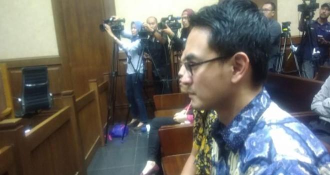 Gubernur Jambi (nonaktif) Zumi Zola Zulkifli menjalani sidang pembecaan tuntutan di PN Tipikor, Jakarta Pusat, Kamis (8/11). (Ridwan/JawaPos.com)