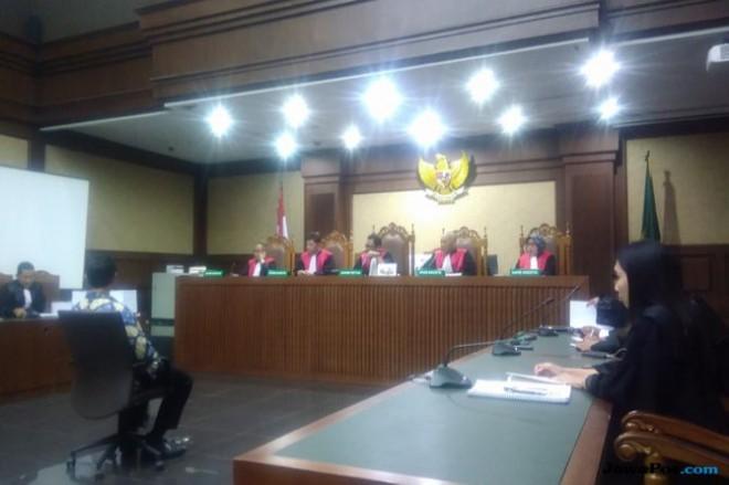 Zumi Zola saat menjalani sidang tuntutan perkara yang melilitnya di PN Tipikor Jakarta, Kamis (8/11) (Ridwan/JawaPos.com)