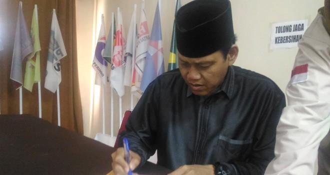 Ketua Pansel, Prof. Hasbi Umar mempersiapkan sejumlah dokumen seleksi calon Sekretaris KPU Provinsi Jambi, Jumat (9/11) kemarin.