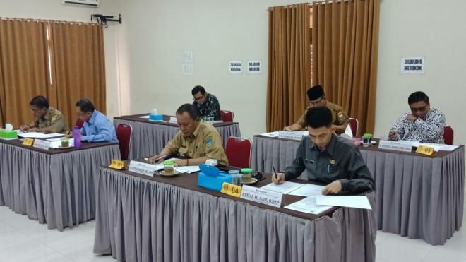 SELEKSI : Para peserta seleksi jabatan pimpinan tinggi pratama sekretaris KPU Provinsi Jambi mengikuti tes tertulis, Senin (12/11) kemarin.