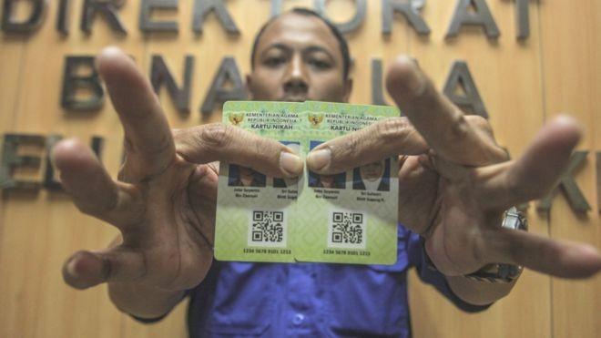 Petugas Kementerian Agama (Kemenag) menunjukan Kartu Nikah di kantor Kemenag, Jakarta, Senin (12/11). Foto : BBC.com