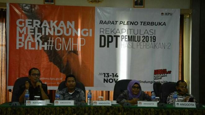 PEMILU : Komisioner KPU Provinsi Jambi memimpin pleno rekapitulasi daftar pemilih tetap hasil perbaikan kedua di hotel Golden Harvest, Rabu (14/11) kemarin.
