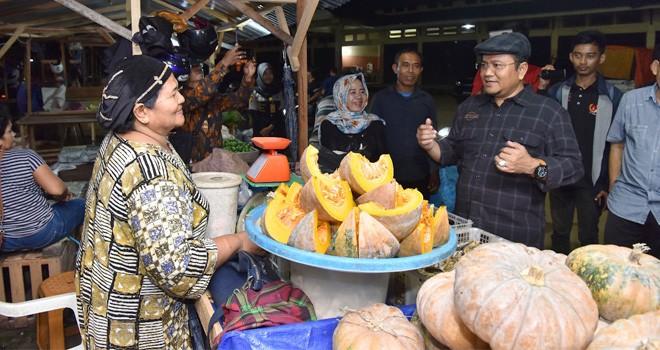 Wakil Wali Kota Jambi Maulana melakukan Sidak ke Pasar Induk Talang Gulo Paal X, Sabtu dinihari (17/11). Memastikan semua agen beroperasi di Pasar Induk.