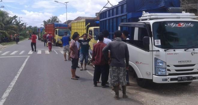 Aksi penyetopan truk batubara milik PT Charitas Energi Indonesia (CEI) yang melintas di jalan lintas Sarolangun-Jambi, sekitar pukul 13.00 WIB.