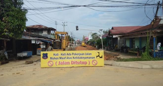 Pekerjaan jalan yang berada di jalan utama dalam kota Kuala Tungkal tepatnya di Jalan Patunas.