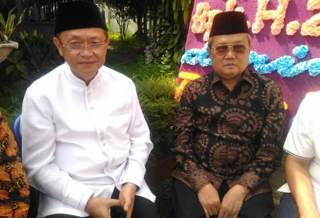 Bupati Sarolangun Cek Endra saat berada di rumah duka mantan Gubernur Jambi Zulkifli Nurdin di kampung Manggis Kota Jambi.