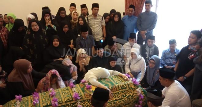 Jenazah mantan Gubernur Jambi Zulkifli Nurdin saat di Rumah Duka, kawasan Kampung Manggis, Kota Jambi.