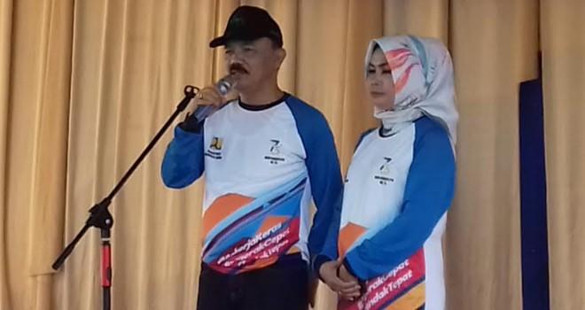 Kadis PUPR Provinsi Jambi Ir.Muhammad Fauzi, MT bersama istri saat memberikan sambutan ketika rangkaian jalan santai peringatan hari Bhakti PU Ke 73.