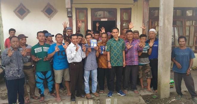Calon anggota DPR RI, Dipo Nurhadi Ilham bersama masyarakat selampaung usai berdialog soal pertanian warga.
