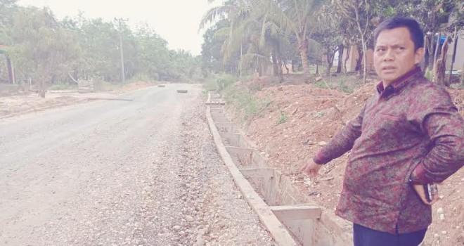 Sofyan Ali saat meninjau jalan penghubung di kawasan sentra pertanian beberapa waktu lalu.