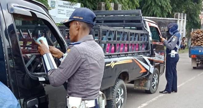Petugas Dishub Kota Jambi melakukan pemeriksaan surat-surat kendaraan yang melintas di Kota Jambi.