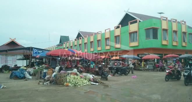 Terlihat sampah yang menumpuk di Pasar Angso Duo Baru. Hasil rapat (5/12) kemarin PT. EBN diminta bekerjasama dengan tim teknis Pemkot Jambi untuk penanganan sampah aga bisa dibuang ke kawasan TPA Talang Gulo. Foto : Jambi Ekspres