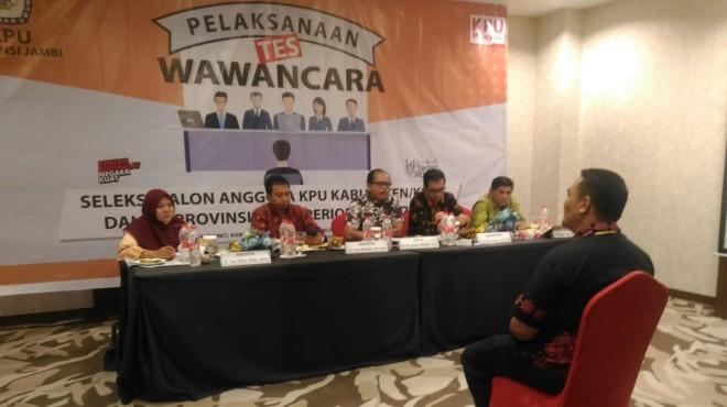 WAWANCARA :Sekretaris Pansel  Drs. H. Hamid menyampaikan hasil proses psikologi di aula kantor KPU Provinsi Jambi. Wawancara selesai, satu nama akan diputuskan KPU RI.