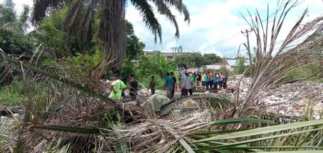 Ratusan Warga Alam Barajo Blokir Jalan.