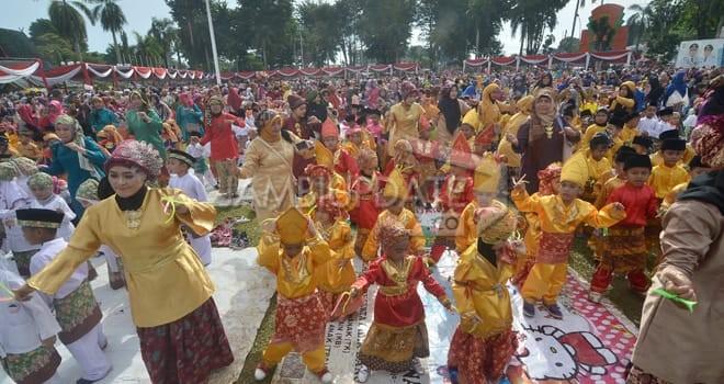 REKOR MURI: Ribuan anak PAUD menari zapin berayun di lapangan utama Kantor Walikota Jambi (9/12) kemarin./ Foto: M.RIDWAN/JAMBIEKSPRES