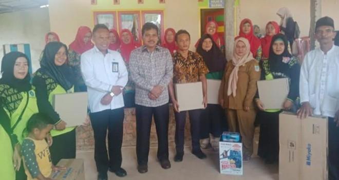 Anggota Komisi IX DPRI, Kaper BKKBN Provinsi Jambi foto bersama warga yang mendapatkan hadiah doorfraz.