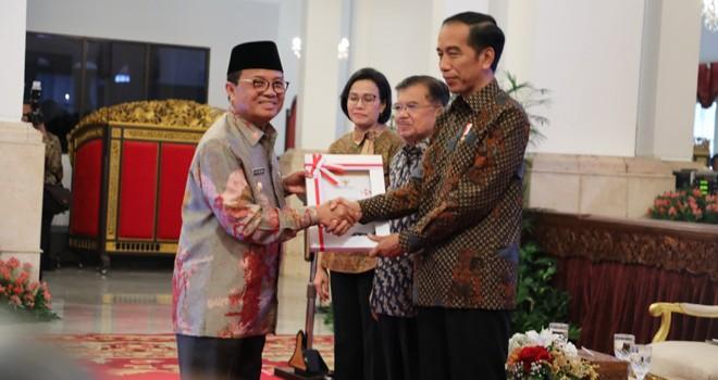 Pelaksana Tugas (Plt) Gubernur Jambi, Fachrori Umar, menerima Daftar Isian Pelaksanaan Anggaran (DIPA) Tahun Anggaran 2019 dari Presiden Republik Indonesia, Joko Widodo (Jokowi) di Istana Negara, Jakarta, Selasa (11/12).