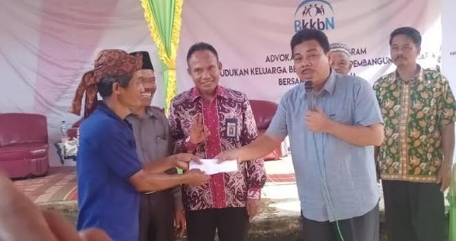 H Handayani berikan hadiah dorfraz kepada warga.