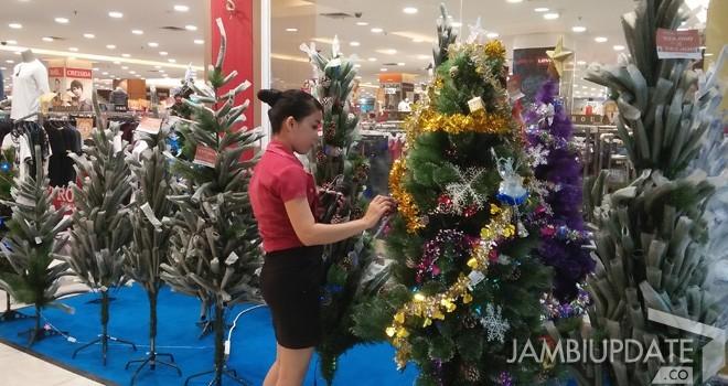 Pernak pernik natal di salah satu pusat perbelanjaan di Kota Jambi. Foto : Dok Jambi Update