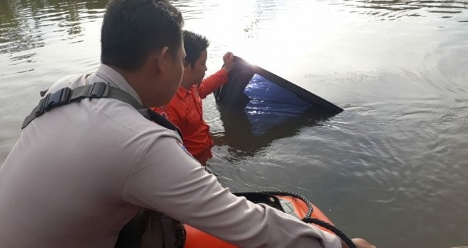 Petugas saat menevakuasi Mobil yang Terseret Arus Banjir di Muara Bulian.