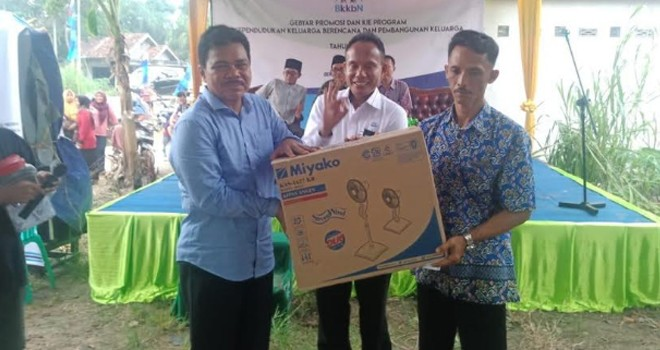 Anggota Komisi IX DPRI, Kaper BKKBN Provinsi Jambi serahkan hadiah doorfraz.
