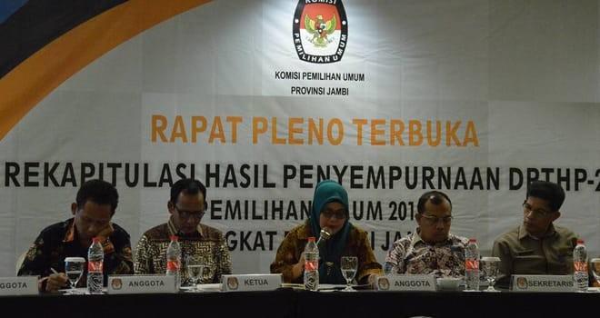 Komisioner KPU Provinsi Jambi Ahdiyenti memimpin pleno rekapitulasi DPTHP2 di Swissbell Hotel,  Rabu (12/12) kemarin.