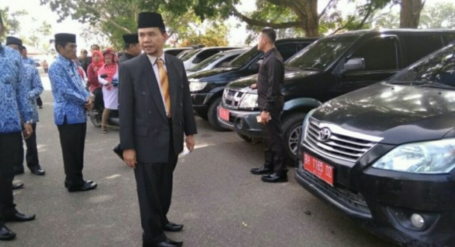 Bupati Kerinci, Adirozal saat mengecek sejumlah Mobnas di lapangan kantor Bupati Kerinci.