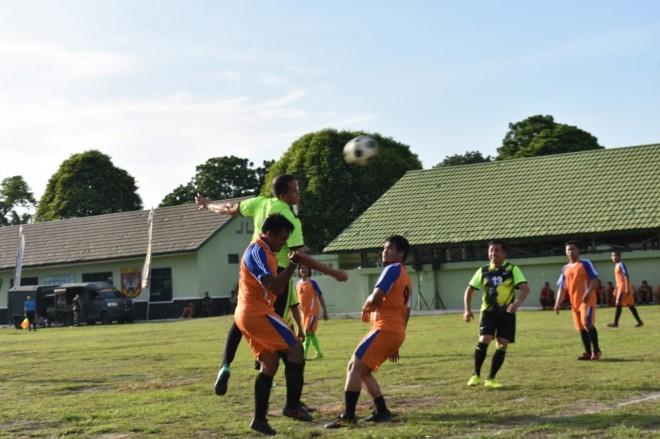 Pangdam saat menyundul bola ke gawang tim wartawan. Foto : Ist For Jambi Update