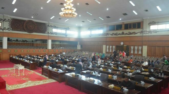 PELANTIKAN : Anggota DPRD Provinsi Jambi berada di ruang sidang Paripurna. PAW rampung pengganti, dua anggota baru segera dilantik.