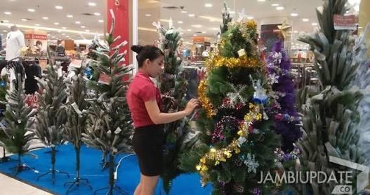 Pohon pohon natal yang di pajang di salah satu Mall di Kota Jambi. Foto : Dok Jambi Update
