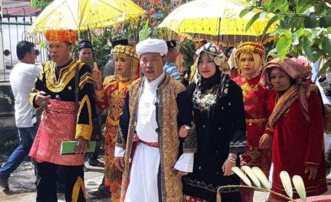 Dokter Medrin Joni saat upacara penganugerahan gelar adat di Kota Keras, Pesisir Bukit, Sungai Penuh Minggu kemarin (23/12). (Foto: ist)