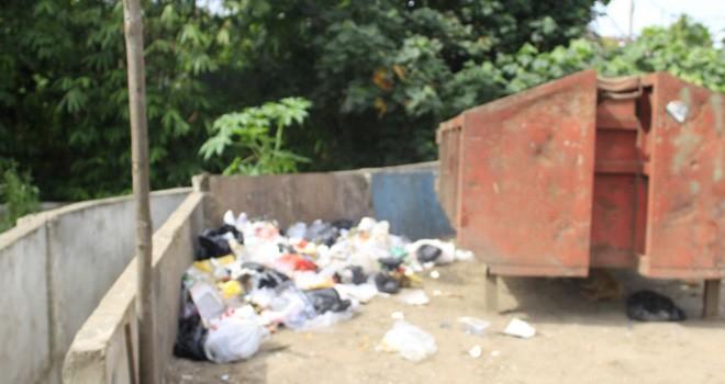 Walaupun sudah disetiapkan tempat sampah oleh Pemkot Jambi, tetapi warga tetap membuang sampah di luar tempat yang disediakan.