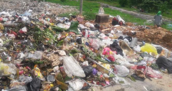 Sampah di Batanghari yang terlihat menumpuk. Foto : Reza / Jambi Update
