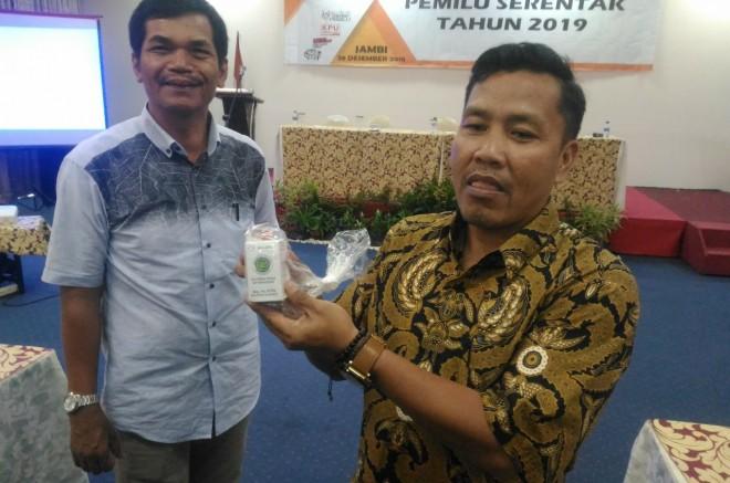 Komisioner KPU Provinsi Jambi Apnizal memperkenalkan spesifikasi kotak dan bilik yang akan digunakan pada pemungutan dan penghitungan suara pada Pemilu 2019. Foto : Faizarman / Jambiupdate
