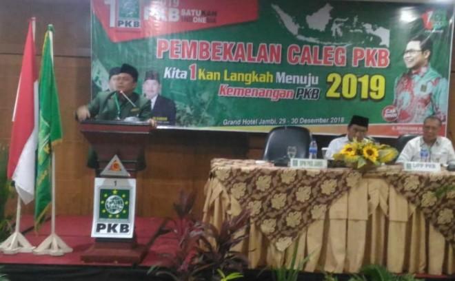 Ketua DPW PKB Provinsi Jambi, Sofyan Ali memberikan sambutan dihadapan Caleg pada acara pembekalan yang digelar di grand hotel, Sabtu (29/12) kemarin. Foto : Faizarman