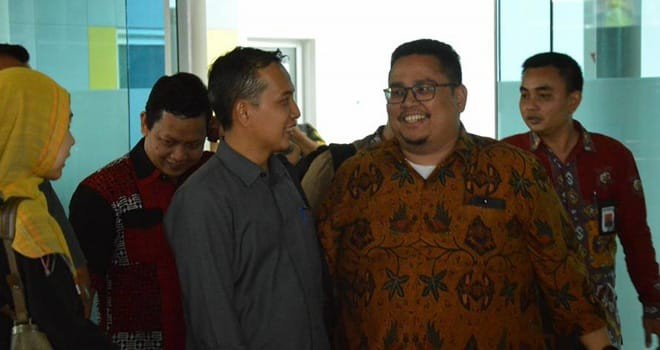 FAIZARMAN/JE PELANGGARAN : Ketua Bawaslu Provinsi Jambi Asnawi (kiri) menyambut kedatangan pimpinan Bawaslu RI di bandara Sultan Thaha Airport. Diduga langgar autaran kampanye, Caleg DPR RI akan diklarifikasi Bawaslu.