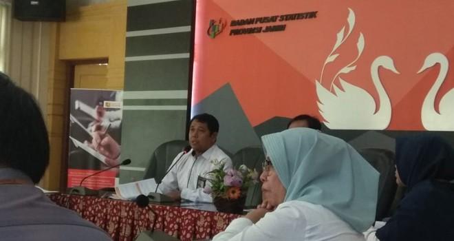 Kepala BPS Provinsi Jambi, Dadang Hardiwan  saat rilis di Kantor BPS Jambi, Rabu (02/01) kemarin. Foto : Ist
