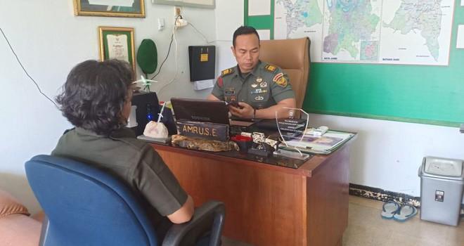 Maya Sopia (46) warga Kampung Jawa, Kecamatan Danau Teluk, Kota Jambi, saat diperiksa Pasi Intel Kodim 0415/Batanghari, Kapten Amru, di ruangannya , Kamis (3/1).