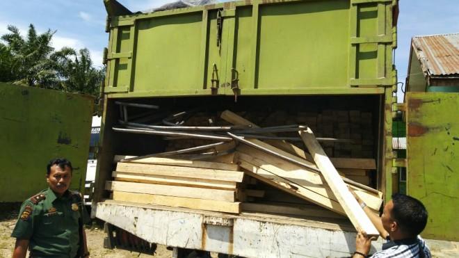 Puluhan kubik kayu ilegal yang Diamankan