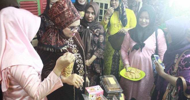 Rahima Fachrori mengunjungi stand pameran Organisasi Perangkat Daerah Pemerintah Provinsi Jambi. Foto : Ist For Jambiupdate