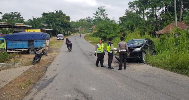 Petugas saat melakukan olah TKP usai kecelakaan yang menewaskan Bentoro di Jalan Lintas Jambi - Bungo tepatnya di KM 119 Rt 06 Desa Simpang Rantau Gedang, Kecamatan Mersam, Kabupaten Batanghari, Senin (7/1). Foto : Reza / Jambiupdate