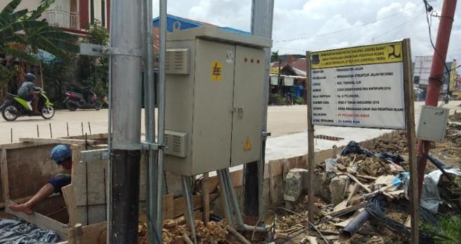 Proyek pengerjaan peningkatan struktur jalan Patunas yang bersumber di Kuala Tungkal, Kabupaten Tanjabbar. Foto : Gatot / Jambiupdate