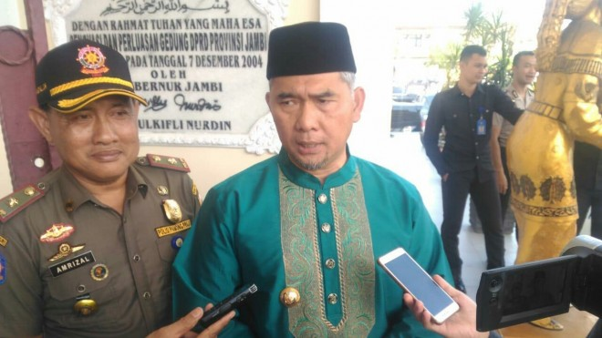 FOTO : FAIZARMAN/JE  PAPROL : Ketua Harian DPD I Golkar Provinsi Jambi Sy Fasha usai menghadiri Paripurna Istimewa Hari Jadi Jambi ke 62, Senin (7/1) kemarin. Dua kader ditetapkan sebagai tersangka, Golkar ikuti proses hukum.